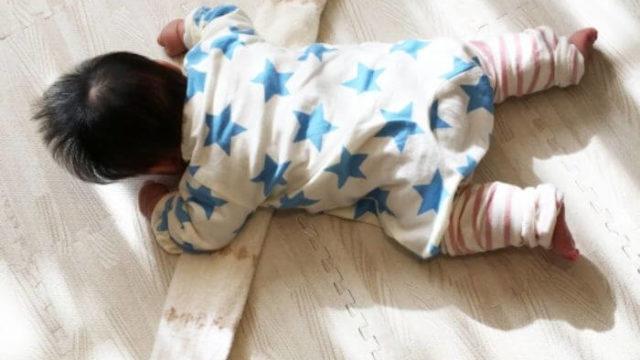 うつぶせ練習をする赤ちゃん