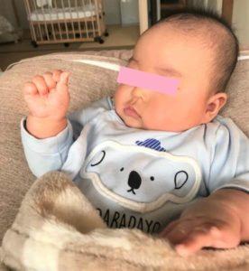 ハンドリガードをする赤ちゃん
